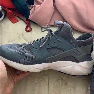 Nike Shoes - NIKE HUARACHE 🔥👀